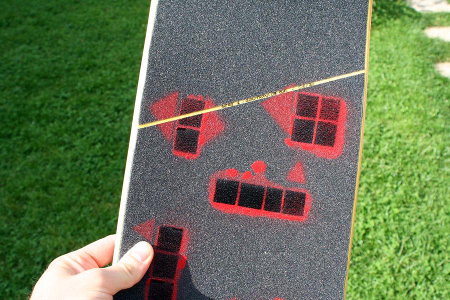 "exemple d'une board Korro skateboards série ""Sun"" avec un shape ""Yellow"" et un design grip ""Play 2"" , numérotée 02/30"