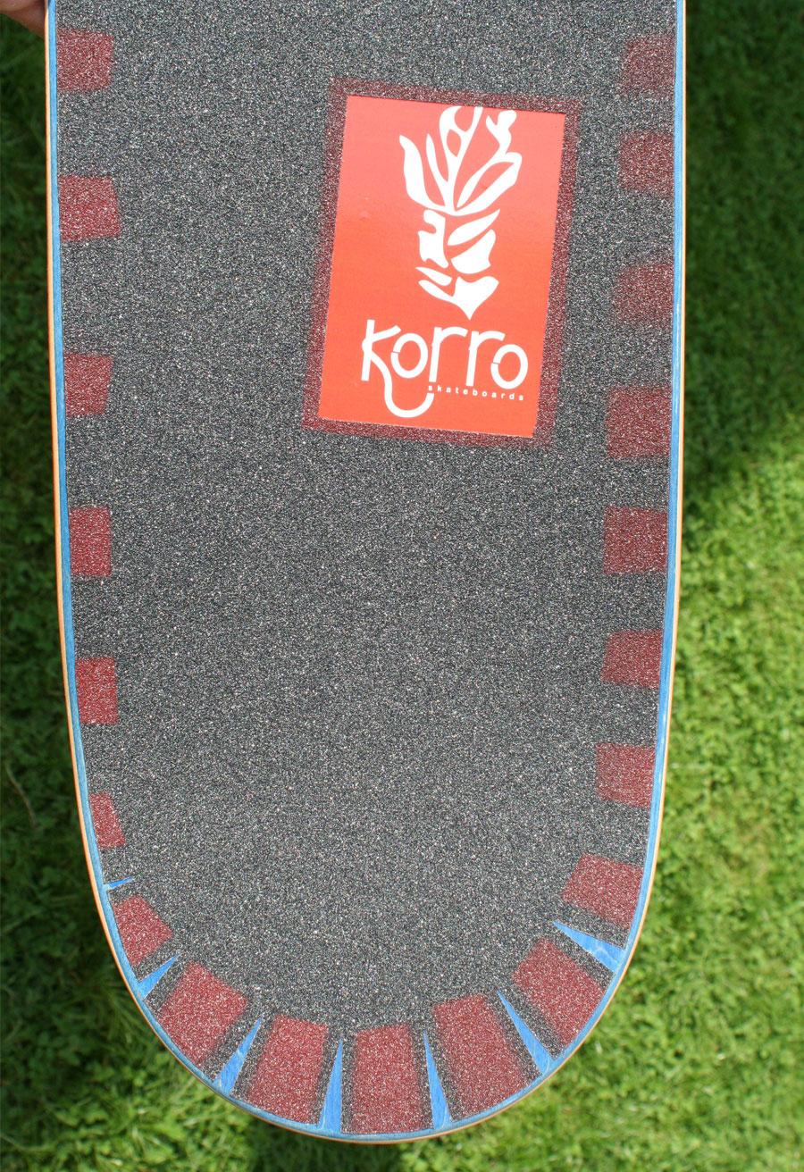 """exemple d'une board Korro skateboards série """"Sun"""" avec un shape """"Blue"""" et un design grip """"Shark"""" , numérotée 04/30"""